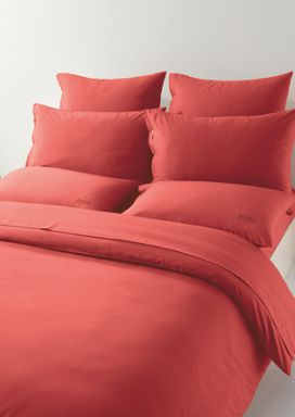 Plain bed linen with logo in red