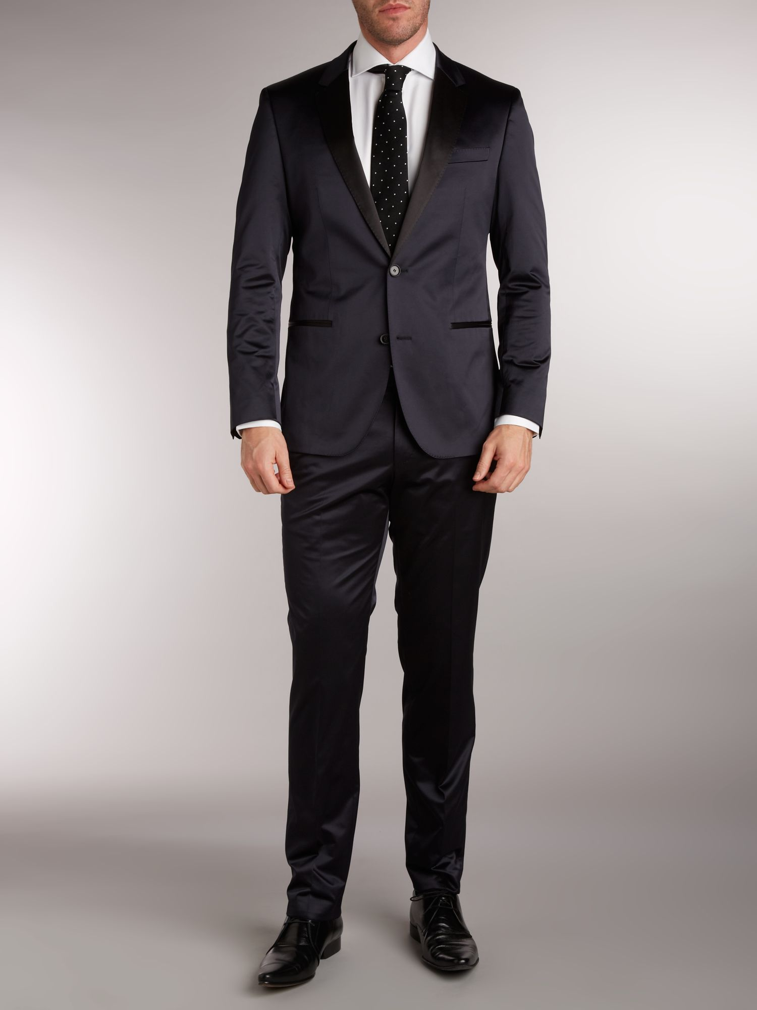 Contrast lapel single breasted suit