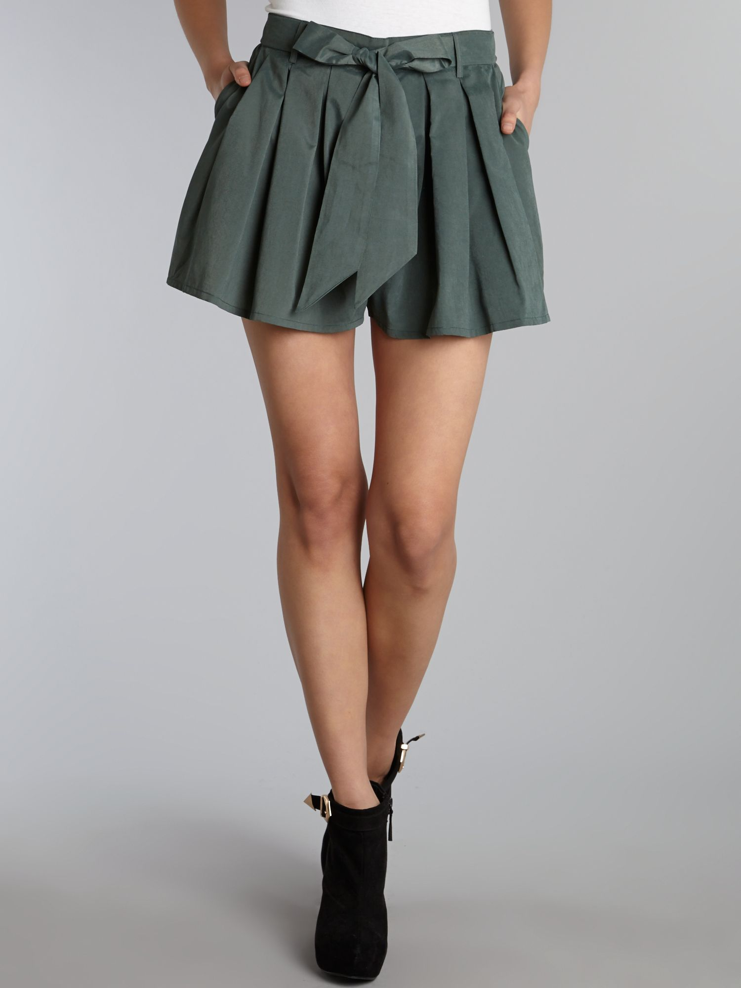 Pleated shorts with bow belt