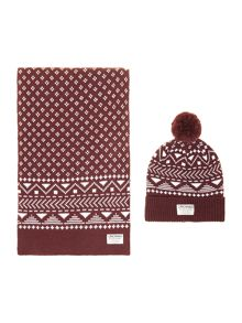 Gift box patterned hat and scarf
