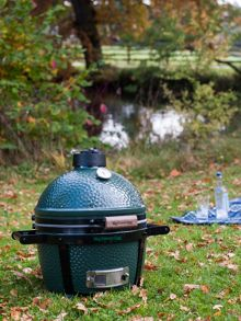 Big Green Egg Minimax barbecue with carrier