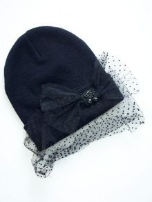 Beanie with a polka-dot applicator