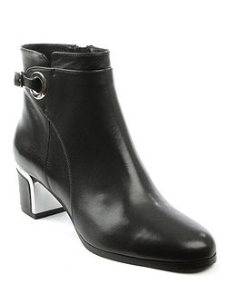 Enthusiastic metal trim buckle boots