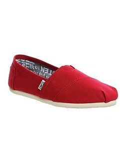 Seasonal classic slip on pumps