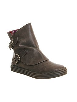 Oil buckle boots