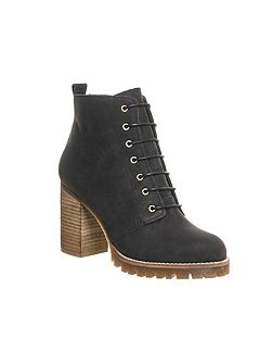 Loose lipped ankle boots