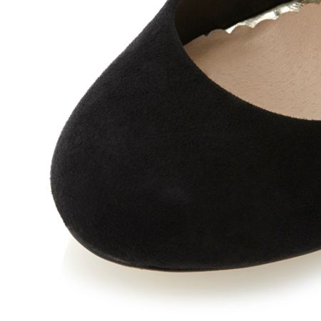 Head Over Heels Amberlyn round toe court shoes