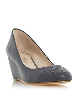 Amarelle pointed embossed courts
