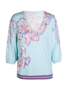 Fluid top in floral jersey