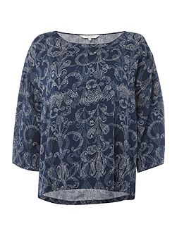 Feminine bluse with a detailed print