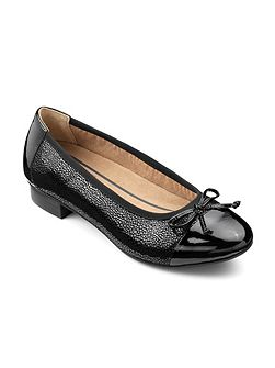 Dual fitting court shoe with bow